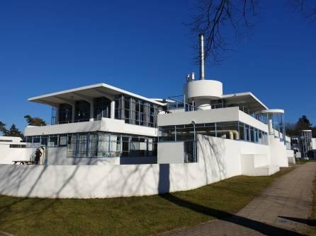 Zonnestraal werd als sanatorium ontworpen door Jan Duiker (1890-1935) in 1924. Duiker was een van de belangrijkste vertegenwoordigers van de architectuurstroming het Nieuwe Bouwen in Nederland. Het complex is opgebouwd in beton, glas en staal. Er is zo min mogelijk materiaal gebruikt, waardoor het gebouw een minimaal betonskelet heeft met maximale openheid. Dit zorgt voor een open sfeer, waardoor het gebouw lijkt te zweven.