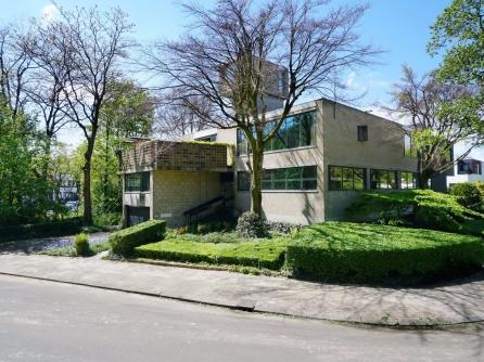 Het Dingemanshuys werd gebouwd in 1964 naar ontwerp van Piet Dingemans (1910-1970) als eigen woonhuis en architectenbureau, van b2-betonblokken. Dingemans gebruikte de blokken creatief: door ze bij het torenkamertje en de balustrade van het dakterras op hun kant te leggen ontstond een ajour-effect. Het Utrechts Nieuwsblad noemde het gebouw in 1964 een spel van fantasie en functionaliteit.